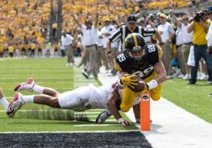 Matt Vandeberg streching for the touchdown (Brian Ray/Hawkeyesports.com)